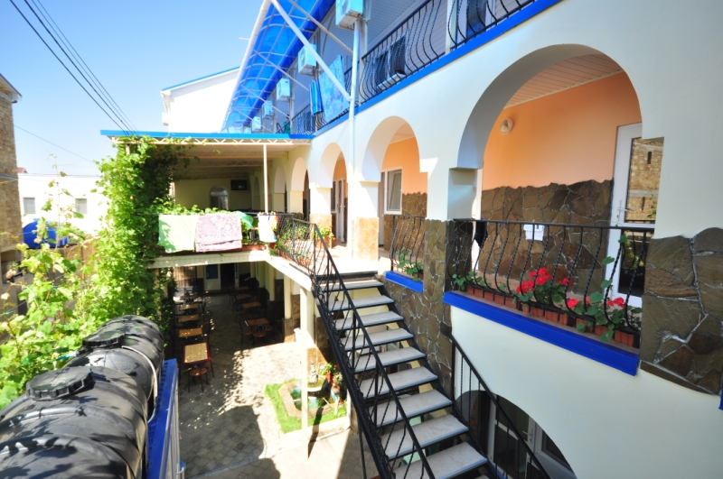 Территория гостиницы Эдем в Новофедоровке